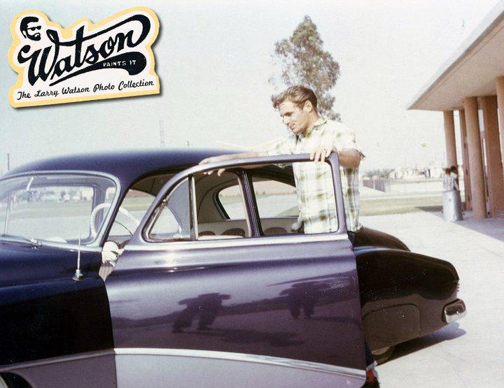En ung mand med hans drømmebil