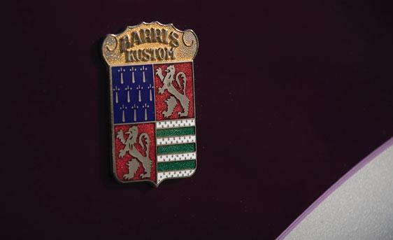 Barris's velkendte emblem, som blev sat på bilerne som de havde haft fingrene i. Det skulle naturligvis også pryde Watson's Thunderbird