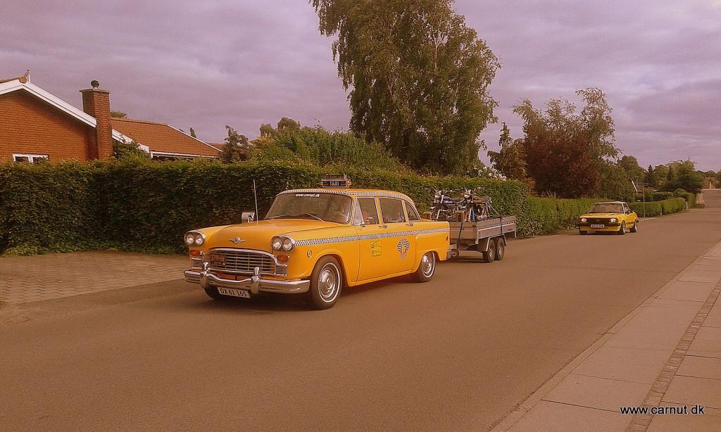 Og lige efter ankommer den lille gule Taxi