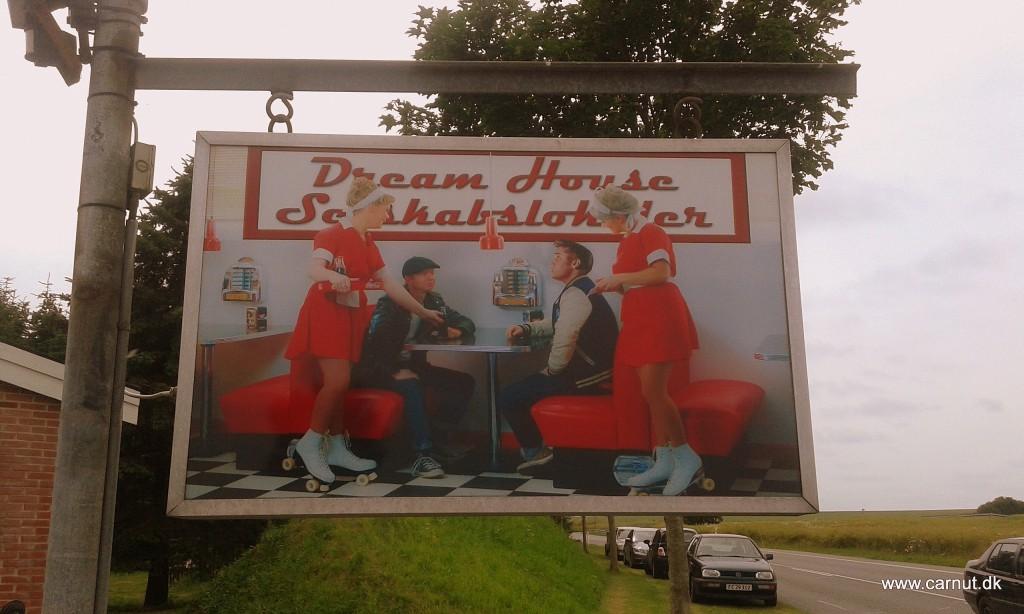 Skiltet uden for Dreamhouse prydes af.... Min kone, mig og 2 venner. Sjovt at se !