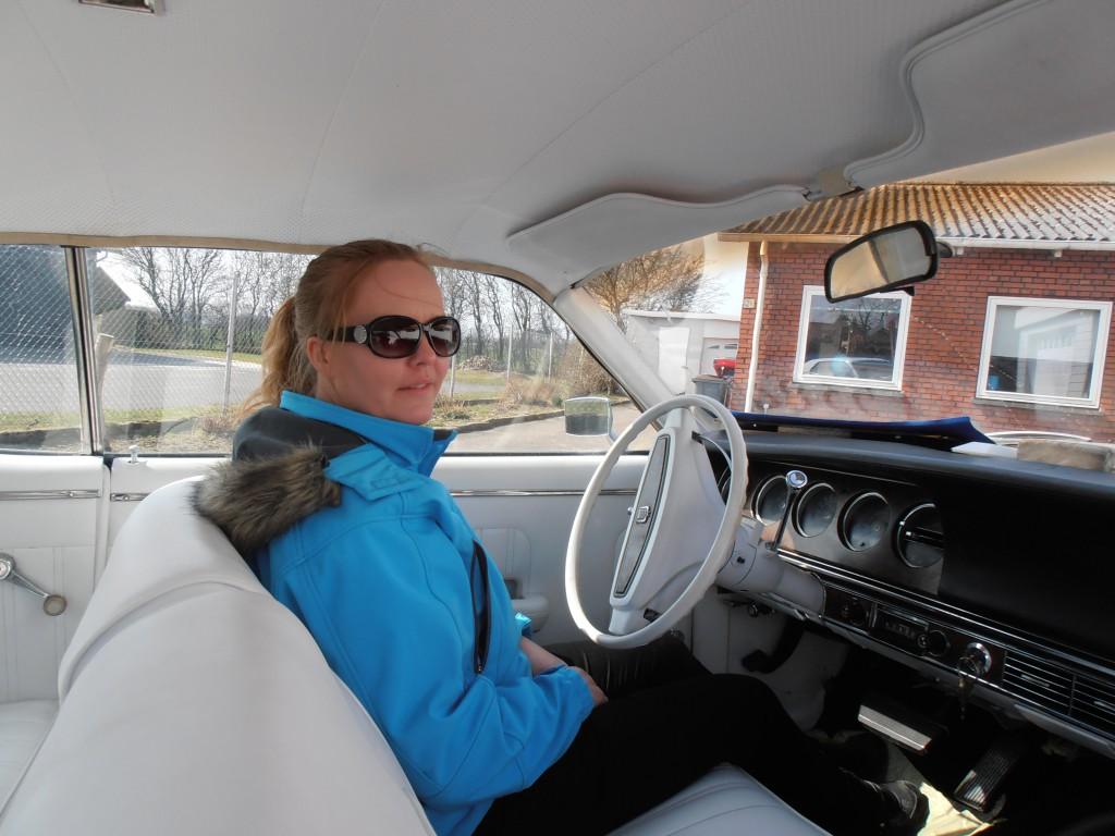 Min dejlige frue er ikke sen til at indtage førersædet i den nye vogn