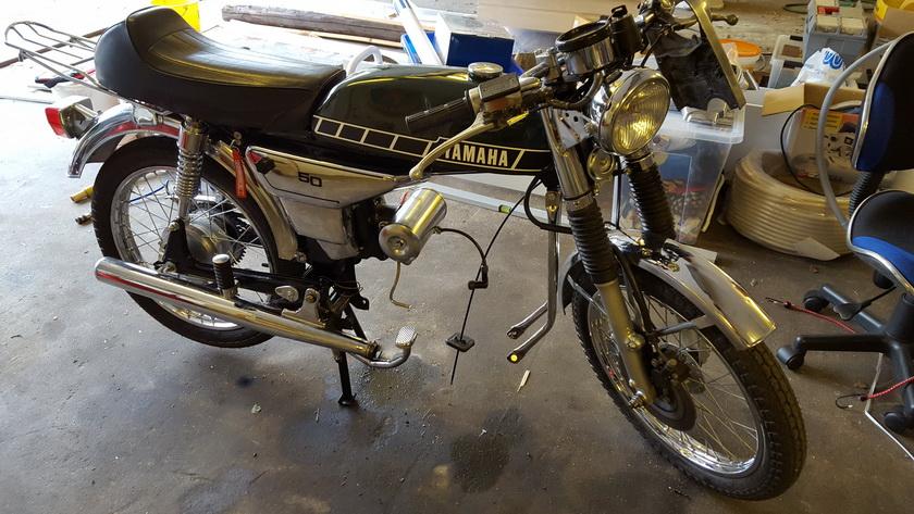 Knægtens Yamaha havde udviklet en bankelyd i motoren. Så den måtte af og inspiceres. Fejlen skulle findes !