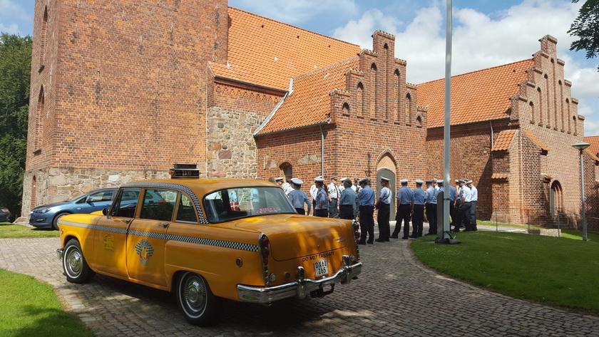 Lidt bryllupskørsel blev det også til. Her en lokal betjent som ville på Taxi-tur med sin brud